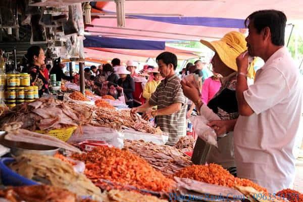 Nhiều hành khách lựa chọn việc đi bộ tới chợ Dương Đông